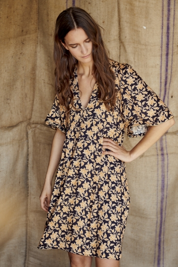 Loose-sleeved dress flower